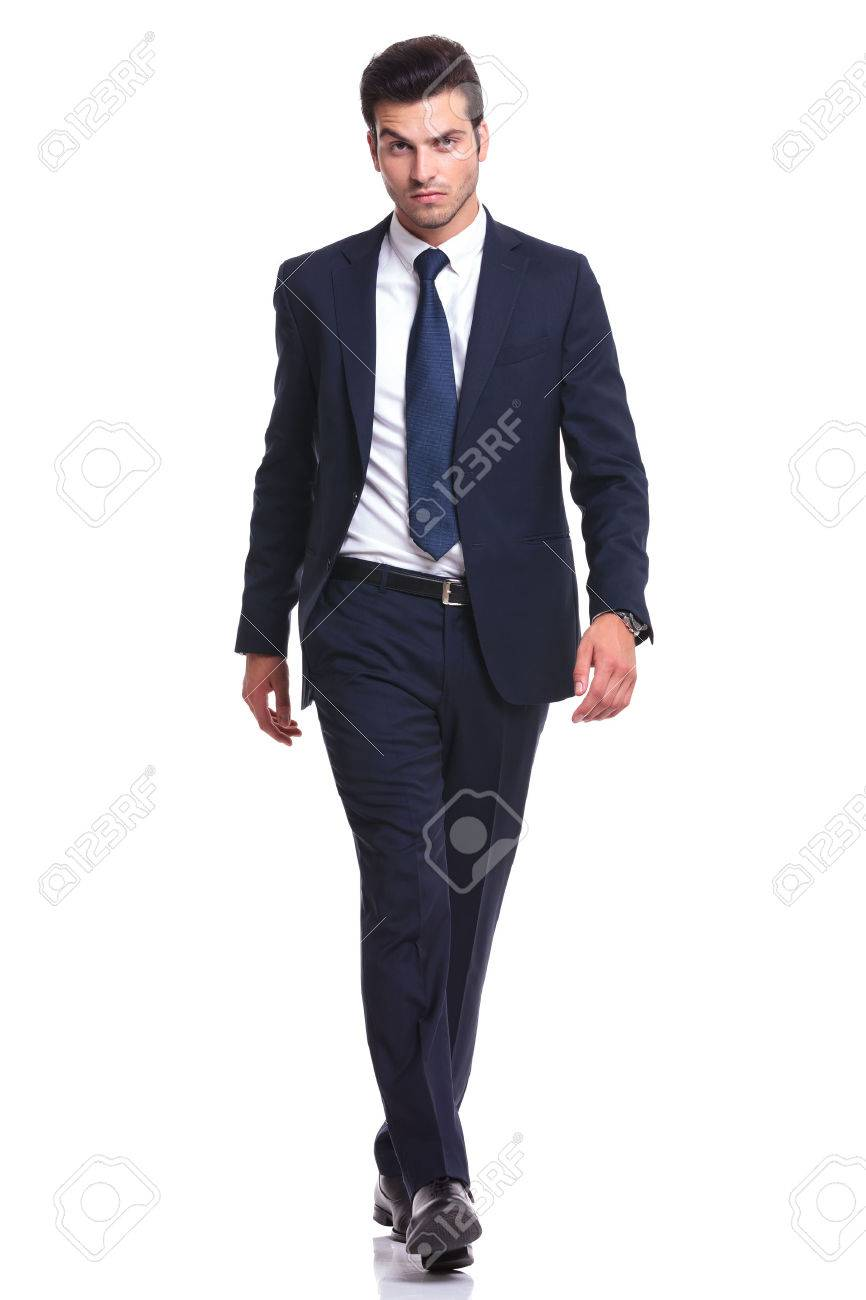 Foto De Cuerpo Entero De Un Hombre De Negocios Elegante Caminando