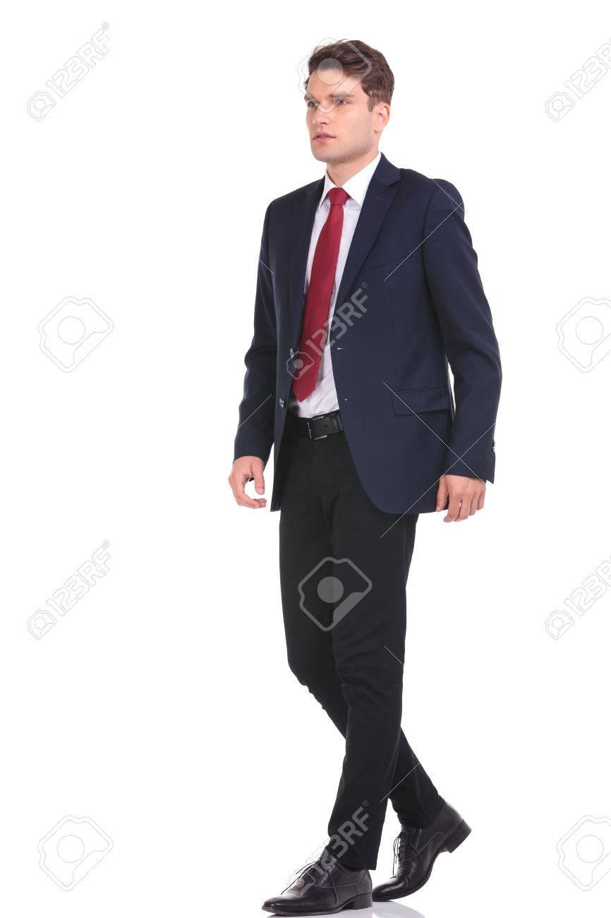 上を歩いて若いビジネス男の全身は、背景を分離しました。 の写真素材 ...