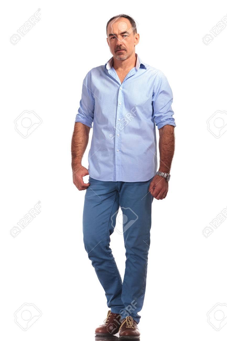 Cámara Mientras Maduro Hacia Elegante En Las Manos A Estudio Con Del Camisa Abierta Hombre Abajo Mira La Posando Fondo Blanco Aislado 8X0wnkOP