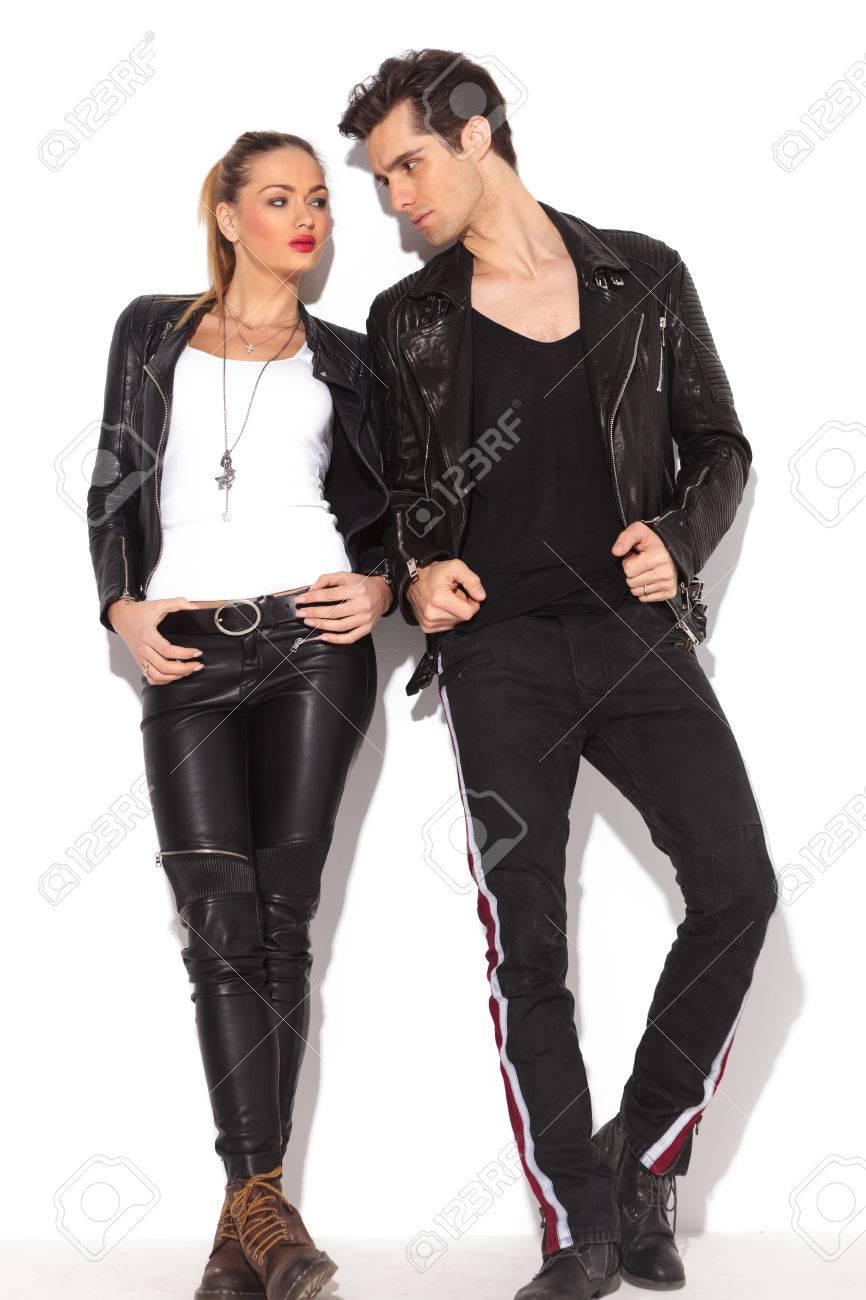 d443b4e225e Banque d images - Jeune couple de la mode dans les vêtements en cuir  regardant les uns les autres