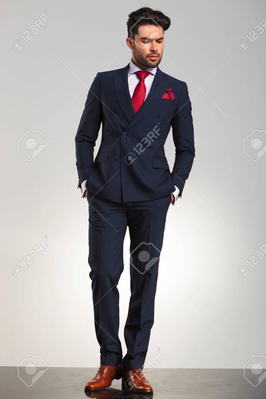 Et Double Élégant Fond Arrogante Debout Gris Costume Dans Boutonnage Sur En Avec Les Studio Homme L'autre Le De Mains Poches Regarde À kNOPX8n0w