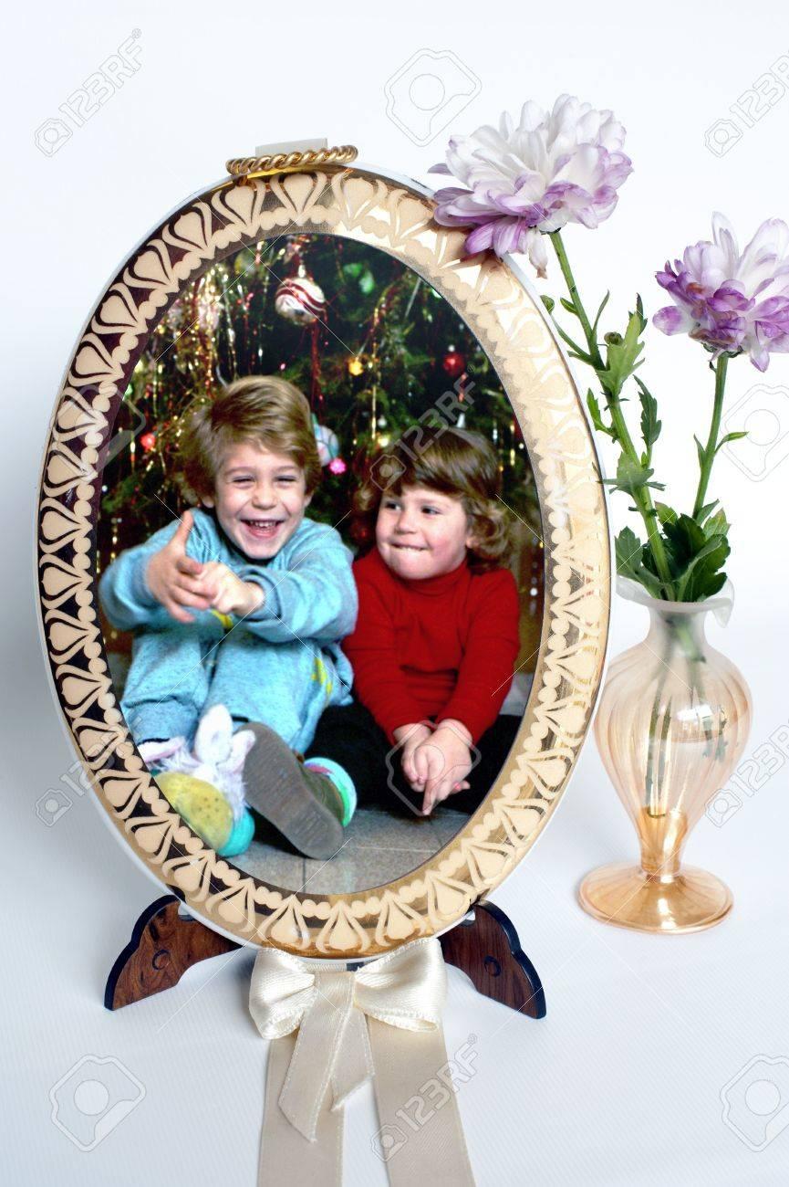 Memorias: Marco Con El Retrato De Los Niños Y Flores Frescas Fotos ...
