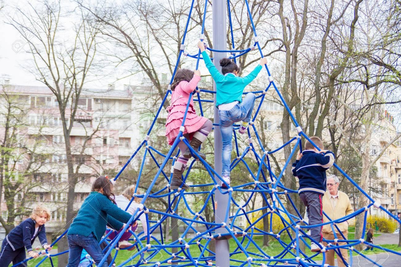 Klettergerüste Kinder : Kleine kinder klettern auf dem klettergerüst im park lizenzfreie
