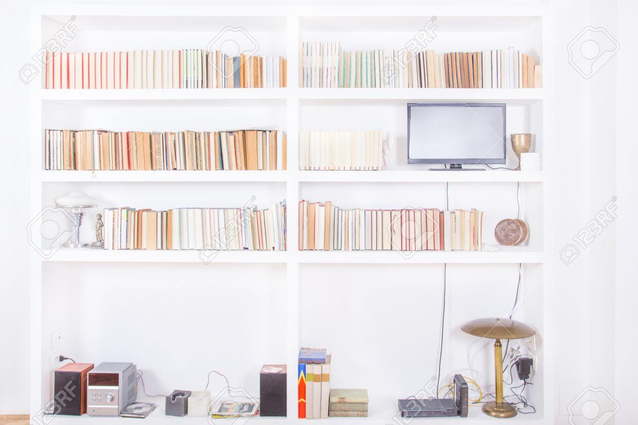 Hervorragend Standard Bild   Weiß Wohnzimmer Mit Modernen Holz Weißes Bücherregal Und  Verschiedene Bücher Im Inneren, Häusliche Atmosphäre, Bibliothek  Hintergrund ...