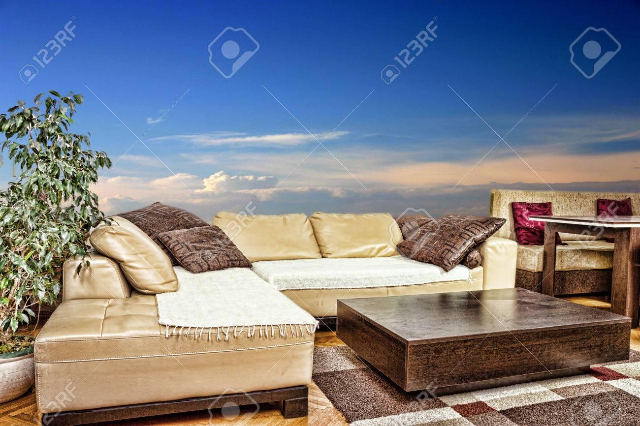 Salon Avec Canapé Vide Angulaire Ou D\'angle Et Table Basse ...