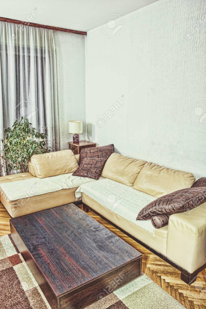 Salon ou à l\'intérieur avec un design moderne et élégant avec coin canapé  avec des coussins et table basse contemporaine. Concept d\'un programme ...