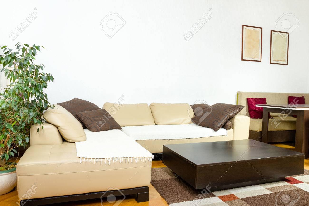 Canape D Angle Jaune Avec Des Coussins Colores Et Noir Table Basse En Bois Salon Ou A L Interieur Avec Un Design Moderne Et Elegant Concept De