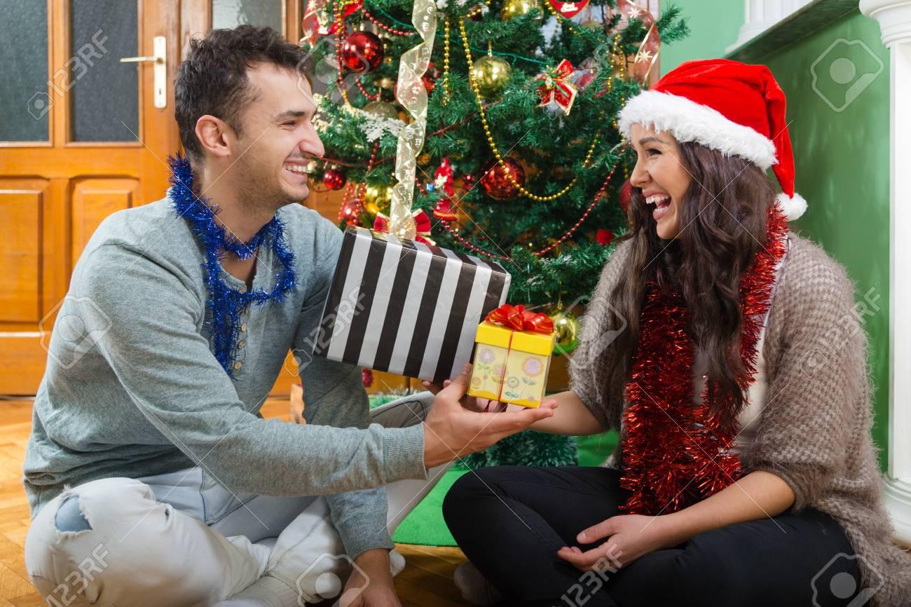 Glückliches Paar, Das Weihnachtsgeschenke, Zwei Junge Leute Lacht ...