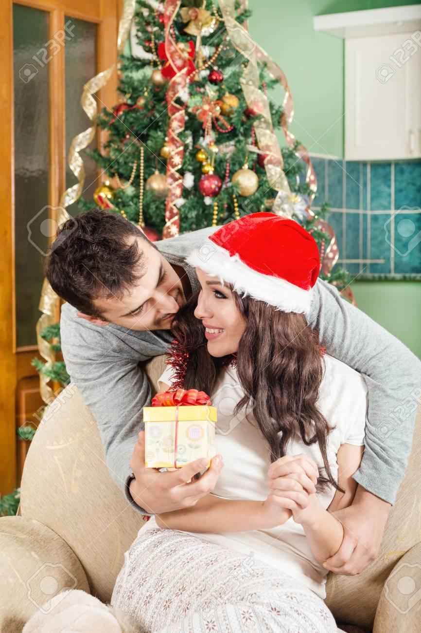 Schöne Junge Frau, Geschenk-Box Und Lächeln, Während Ihr Freund Ihr ...
