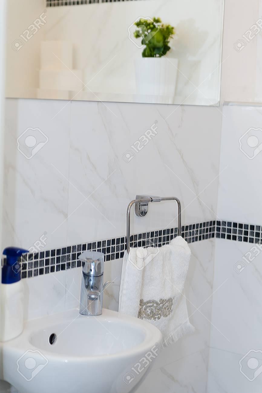 Hotel Badezimmer: Waschbecken, Tippen, Handtücher Und Badezimmer Set. Moderne  Badezimmer Interior