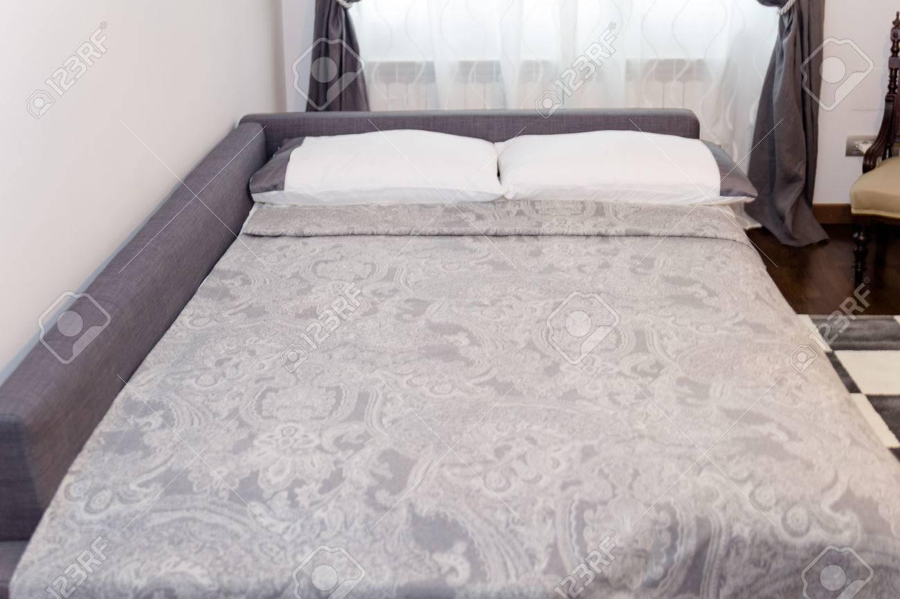 Stilvolle Schlafzimmer Interior Design Mit Weißen Kissen Und ...