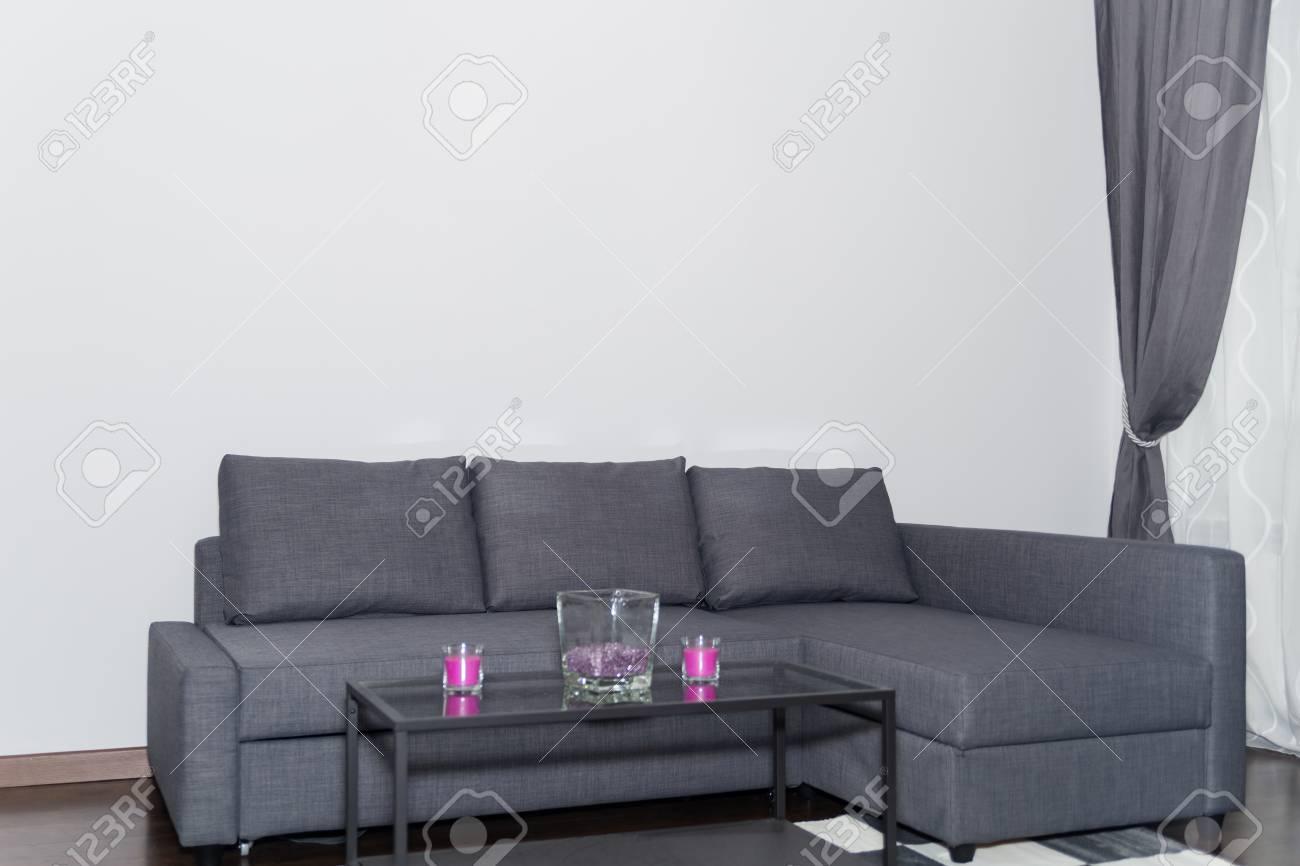 Salon Scandinave Style Intérieur Avec Gris Couch Table Basse En Verre Et Tapis Dans Le Formulaire De Chess Table Cozy Corner Dans Un Salon Moderne