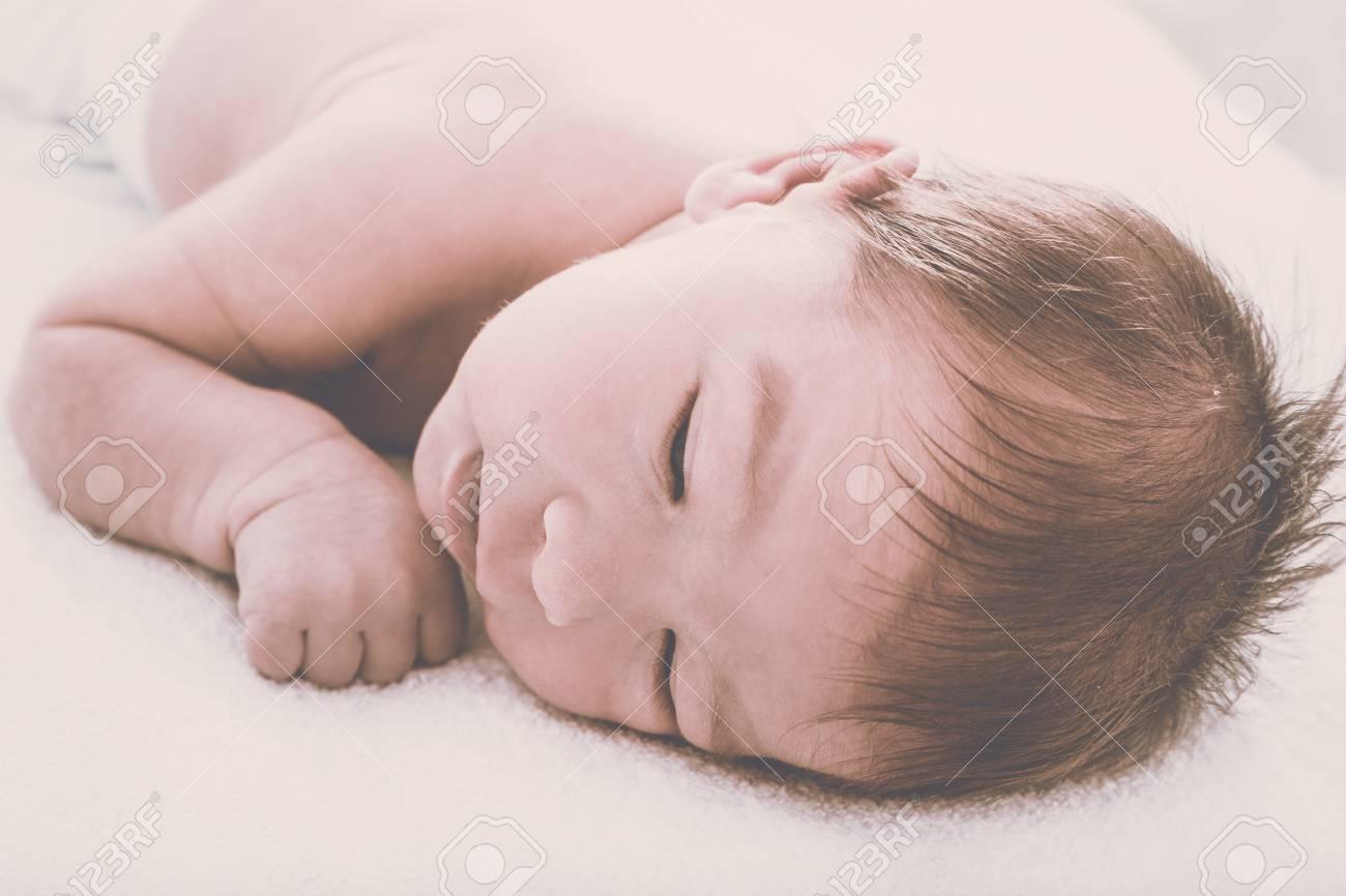 48129da19 Bebé Recién Nacido Lindo Reflexiva Descansando En La Cama Suave ...