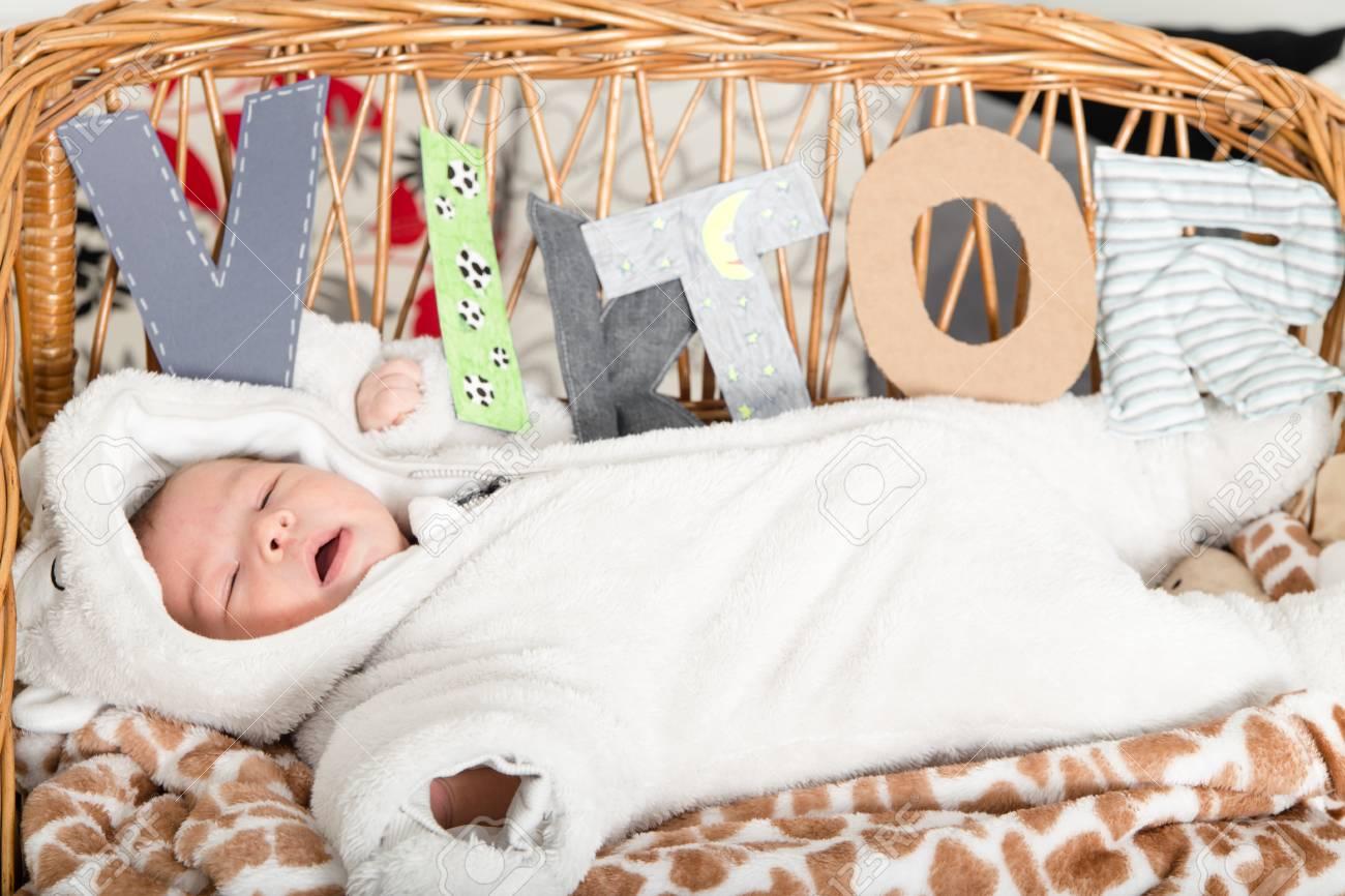 Bebé Encuentra En La Cuna. Imagen De La Habitación Del Niño Con El ...