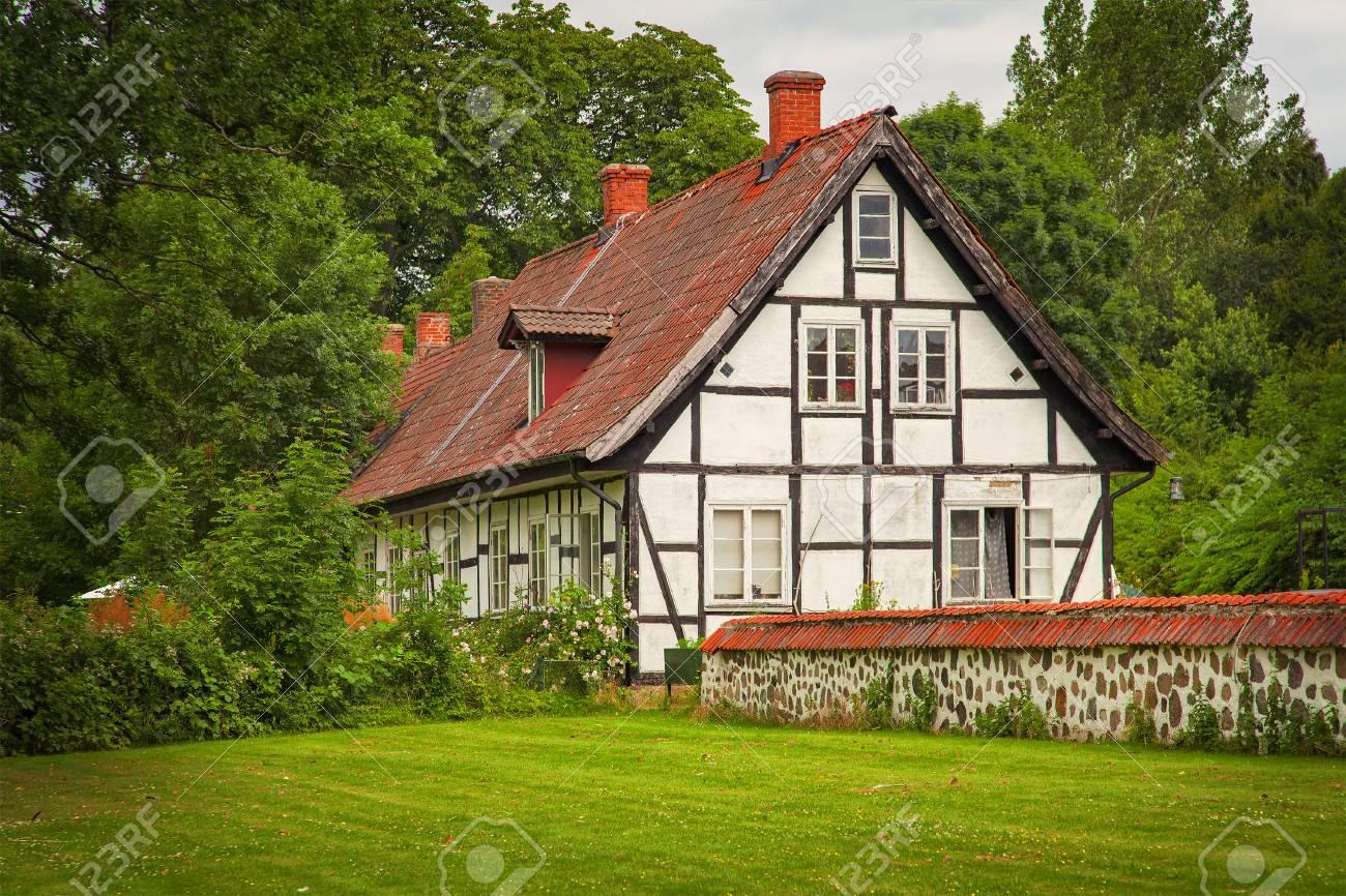 Maison Ossature Bois Suede image d'un vieux bâtiment à ossature de bois, de style européen. ortofta,  suède.