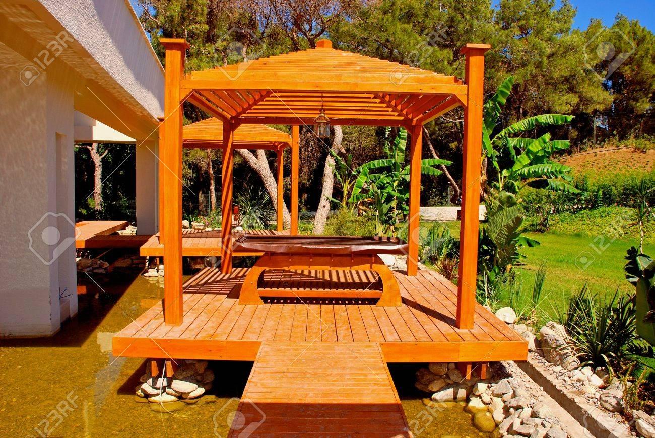 Landschaft Mit Holz-pavillon Für Die Massage Im Tropischen Garten ... Garten Pavillon Tropische Pflanzen