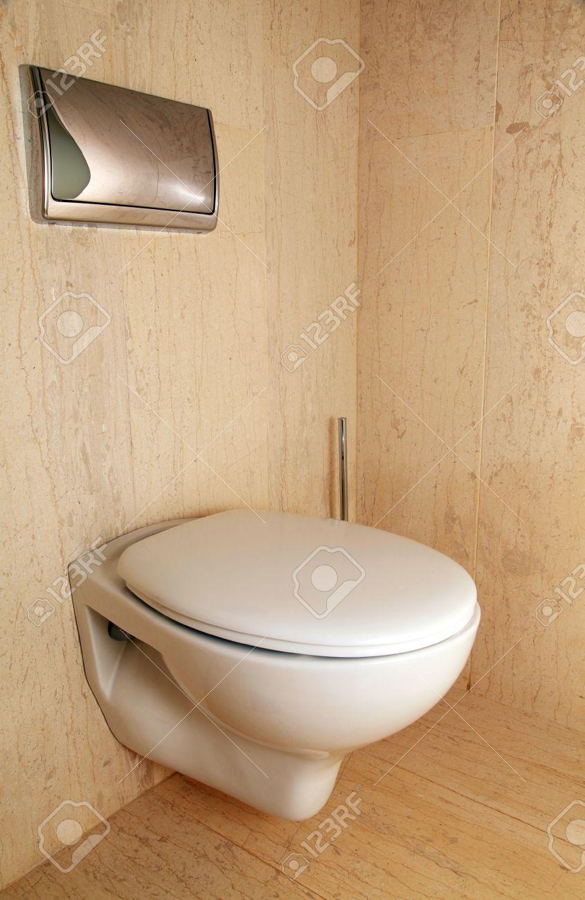 Moderne Toilette Blanc Dans Une Salle De Bains En Marbre De Luxe à ...
