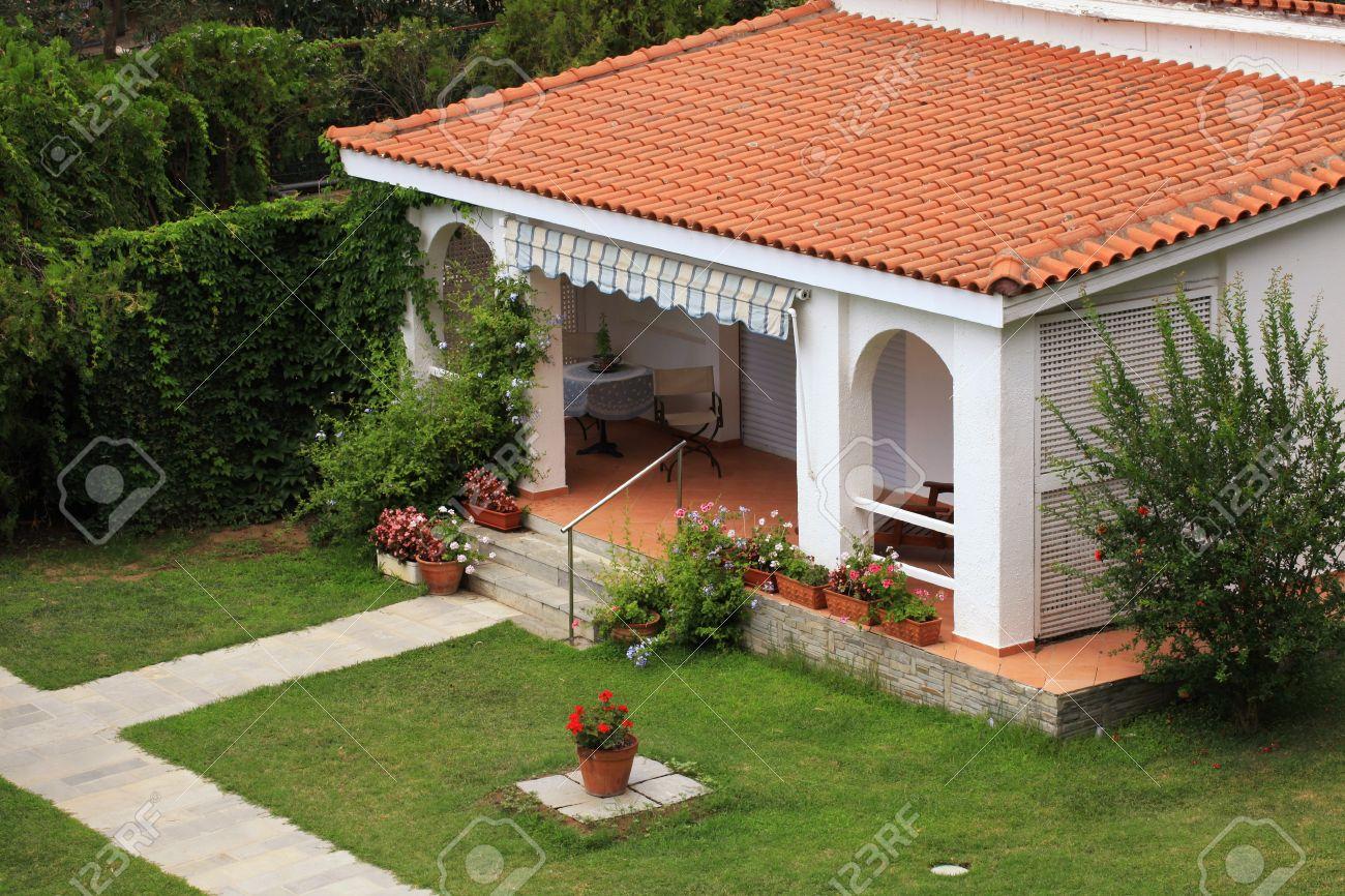 Hermosa Casa Blanca Con Techo De Tejas Rojas, Pequeña Terraza Y ...
