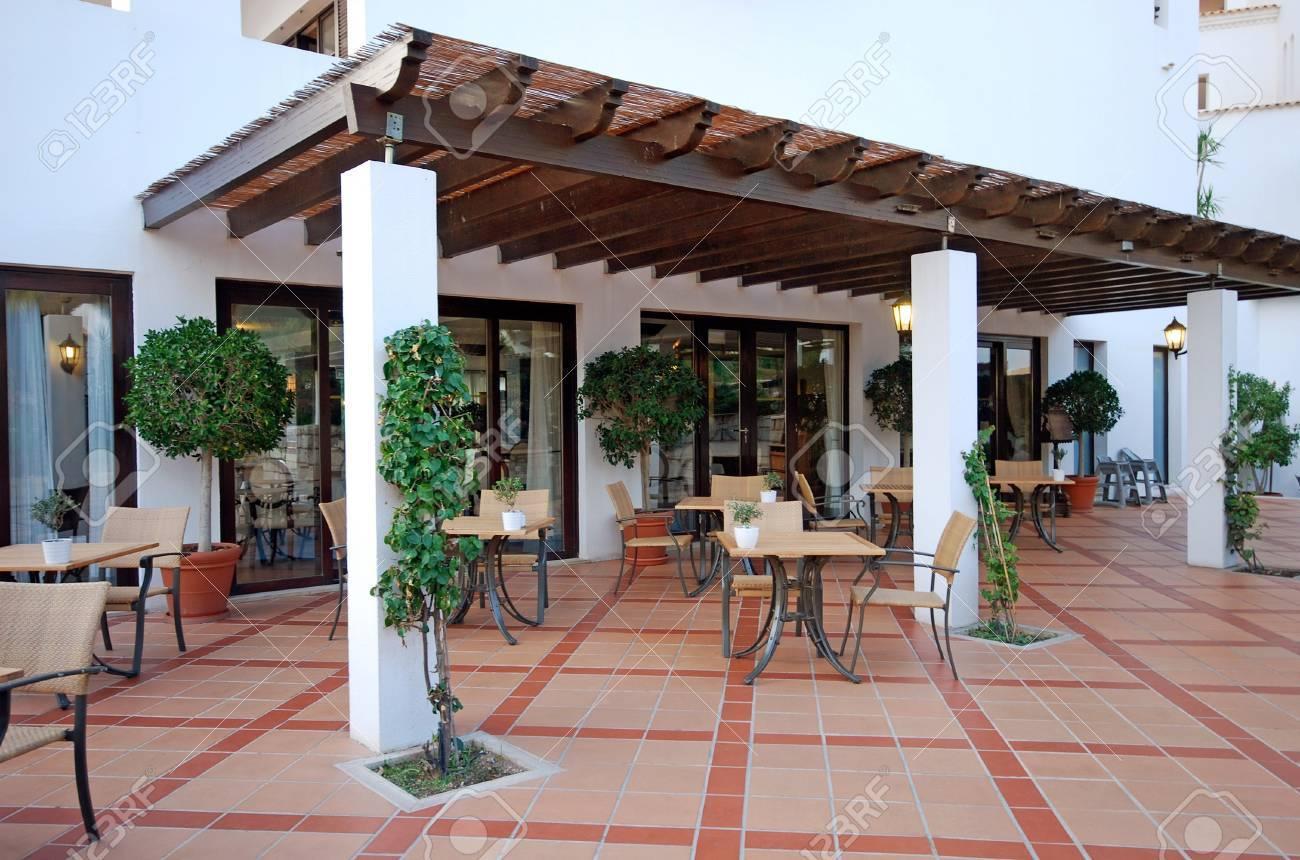 Belle Vue Avec Des Tables Et Des Chaises A Une Terrasse Ouverte Cafe