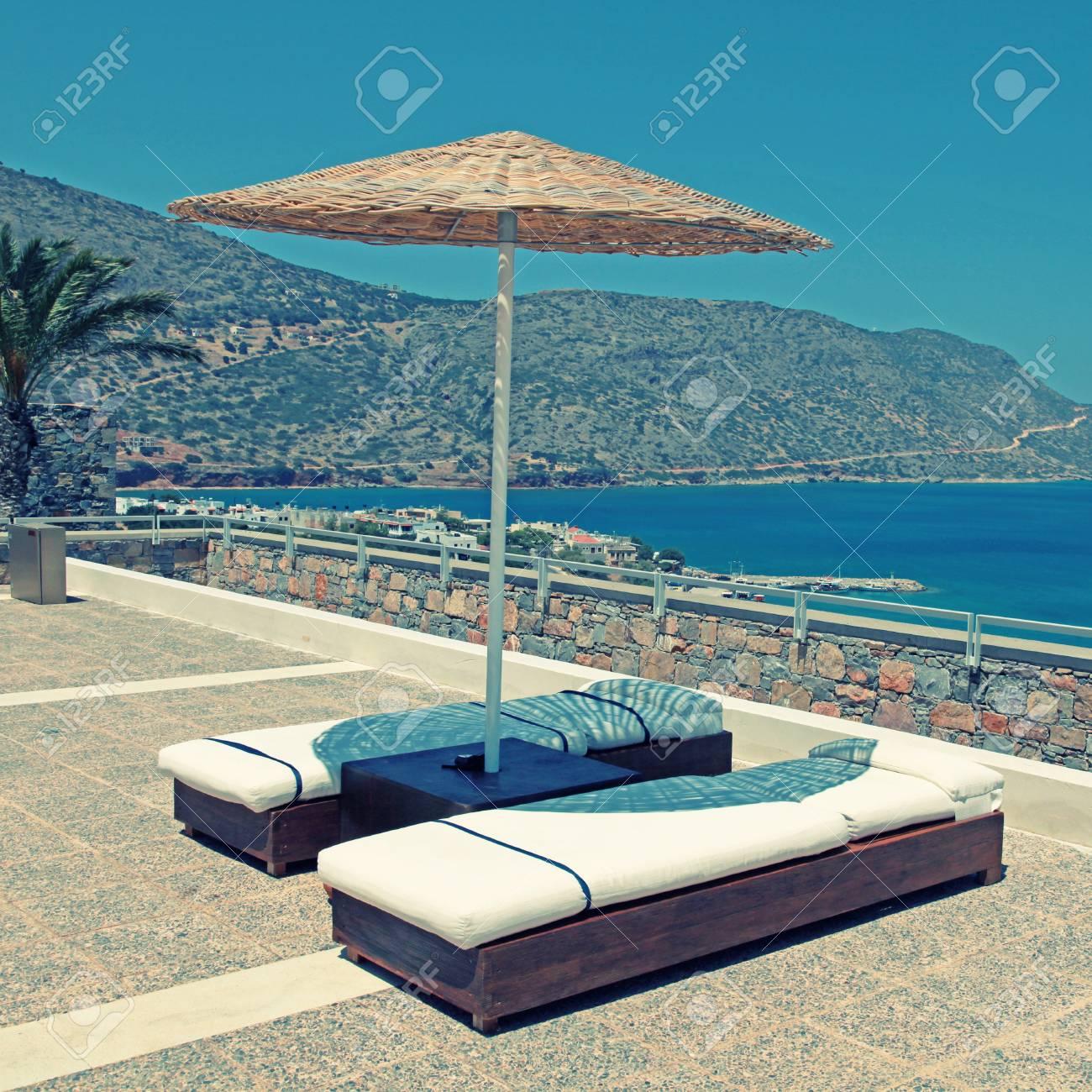 Tumbonas Y Sombrillas En La Terraza En Un Lugar De Veraneo De Lujo Con Vistas Al Mar Mediterráneo Creta Grecia