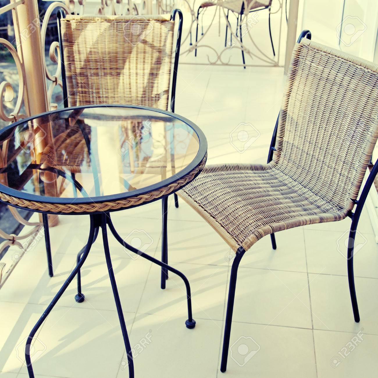 Table De Fer Et Des Chaises Sur Balcon Station D Ete Carre Image