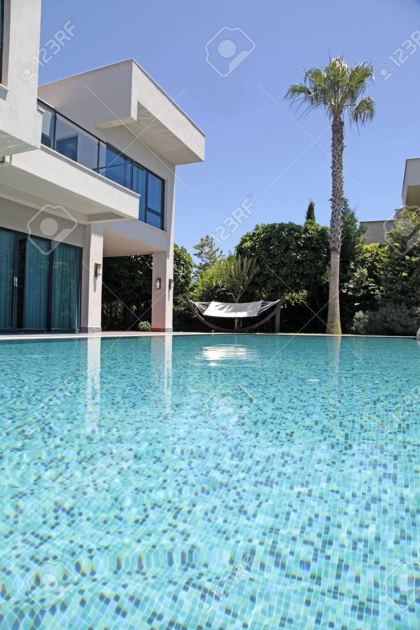 Moderne luxusvilla mit pool  Schwimmbad In Der Modernen Luxus-Villa, Türkei, Vertikale Bild ...