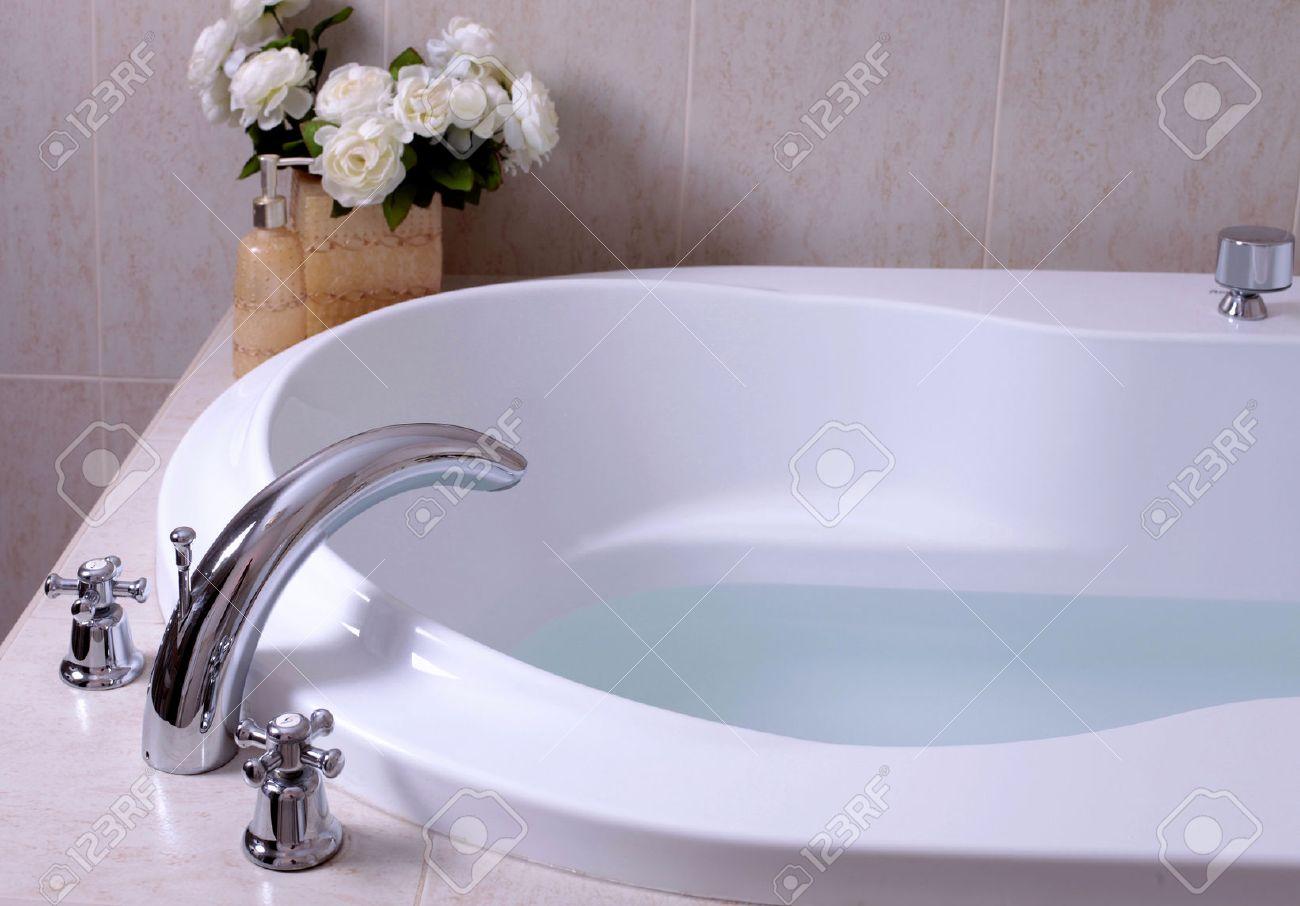 41949215 d%C3%A9tail de salle de bain blanc baignoire avec robinet et carreaux beige mozaic mise au point s%C3%A9lective Résultat Supérieur 18 Incroyable Baignoire Avec Robinet Galerie 2018 Hiw6