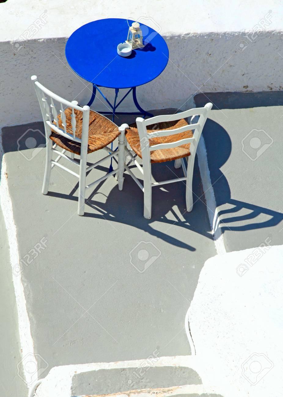 Mesa Azul Y Sillas En La Hermosa Terraza En Oia Santorini Cícladas Grecia Vista Desde Arriba