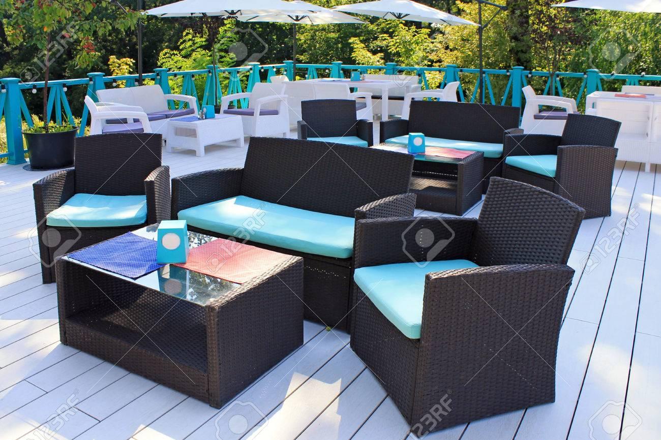 Cafetería Con Terraza Con Sillones De Mimbre De Ratán Y Mesas En La Terraza Jardín De Verano