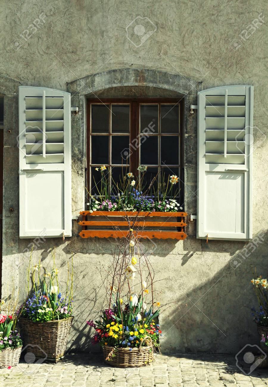 Fenetre Rustique fenêtre rustique avec volets en bois anciens et pots de fleurs dans