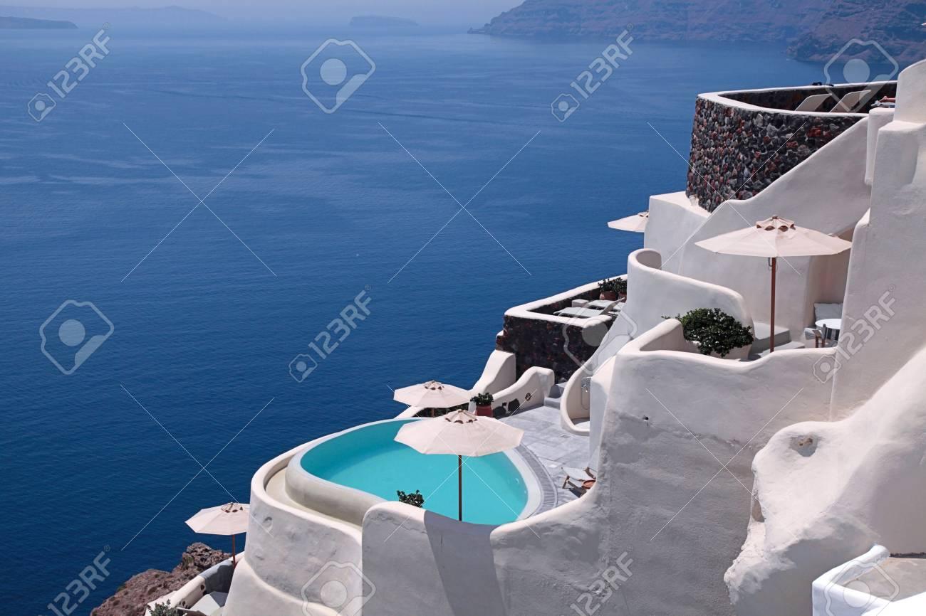Bella vista del mare e delle case a terrazze e delle località di soggiorno  tradizionali bianche, città di OIA, isola di Santorini, Grecia.