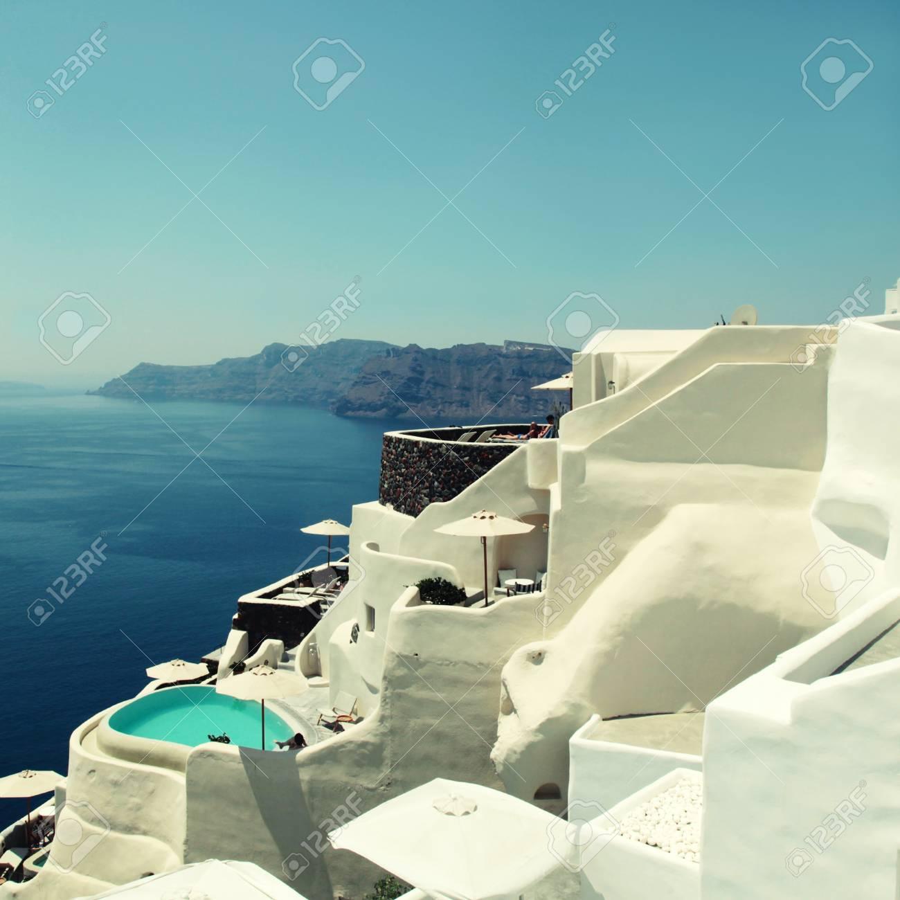 Bella vista del mare e delle case a terrazze e delle località di soggiorno  tradizionali bianche, città di OIA, isola di Santorini, Grecia. Immagine ...