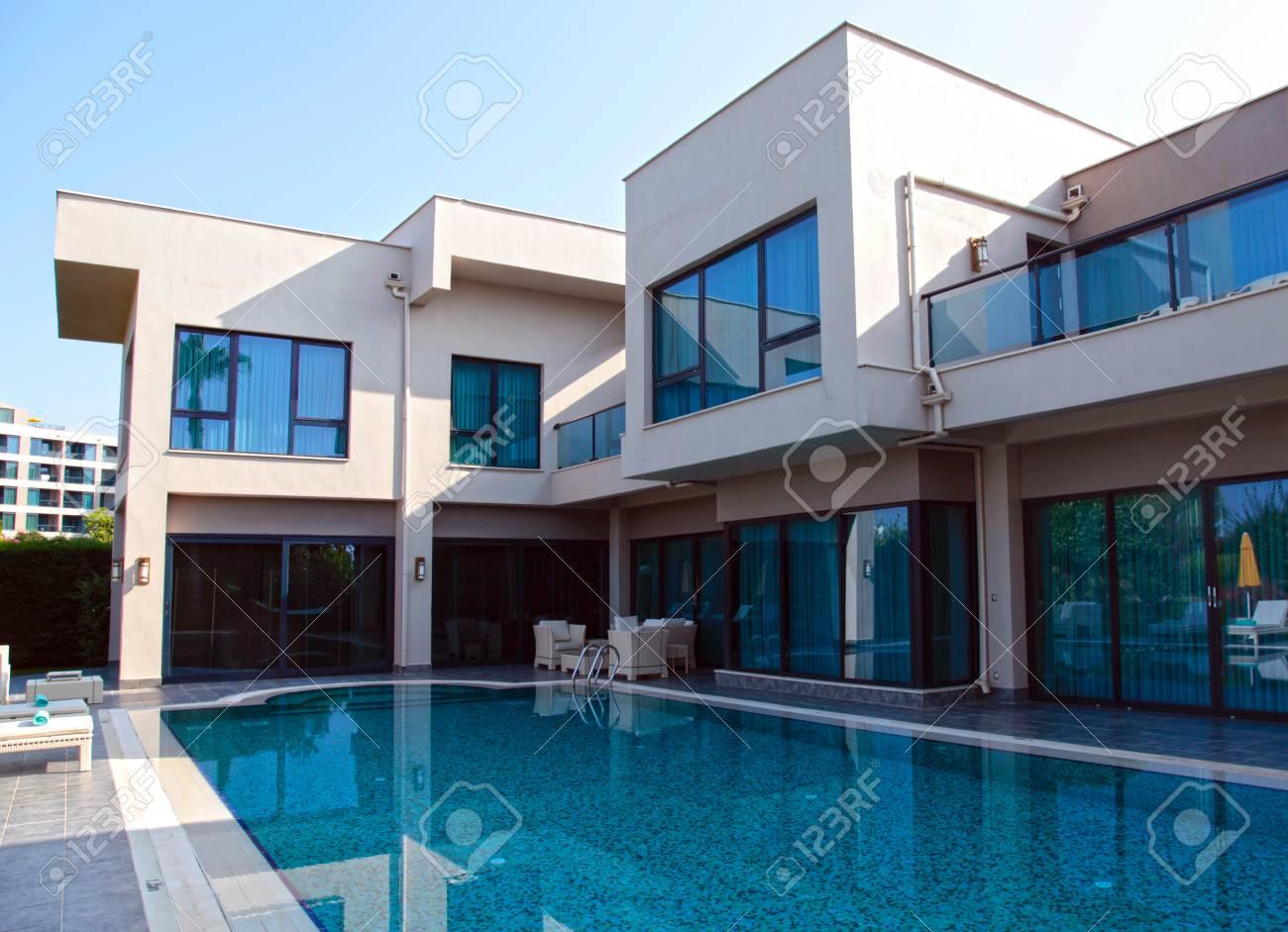 Belek, Turquie - 14 juin 2015: Piscine à la villa de luxe moderne, Belek,  en Turquie. matin d\'été
