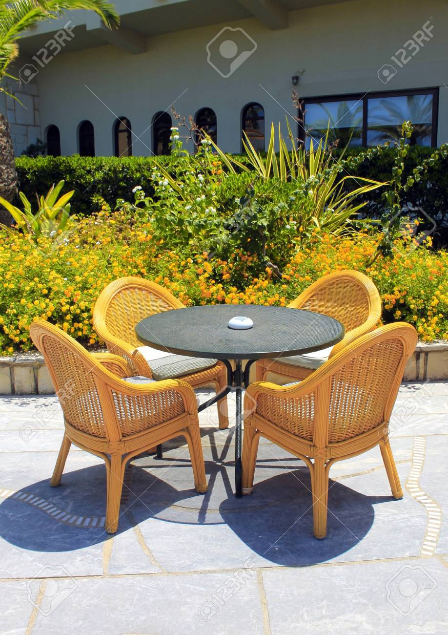 Asientos De Mimbre En La Terraza Del Hotel Mediterráneo Creta Grecia