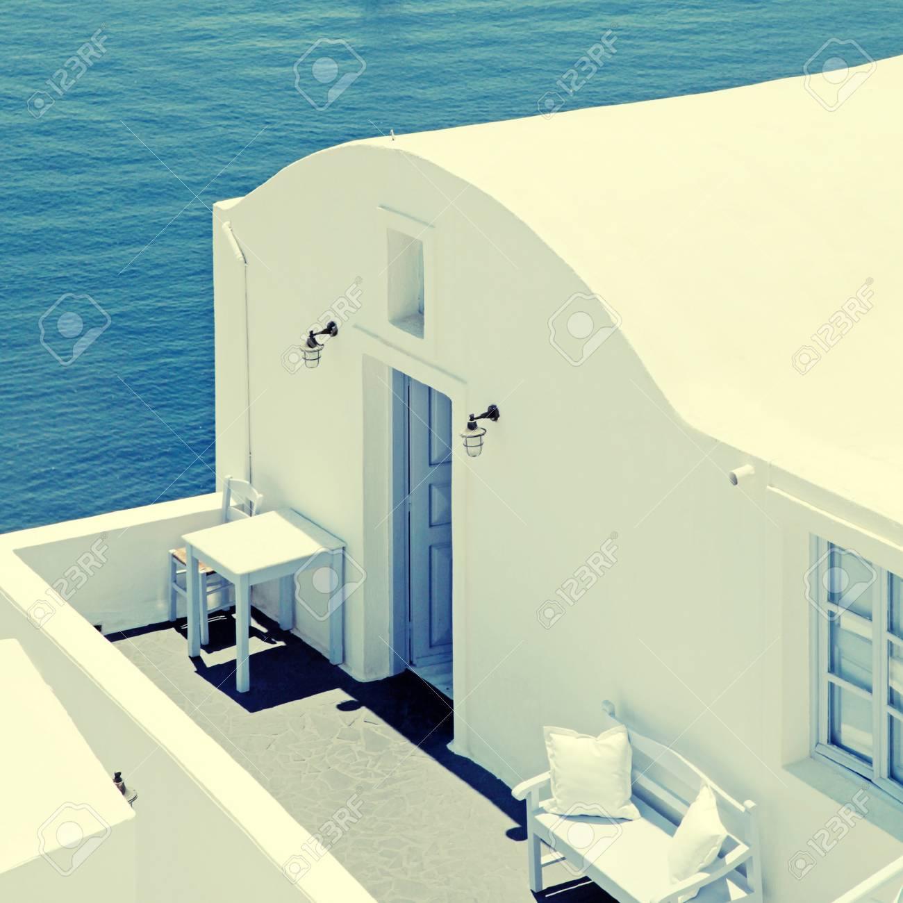 Traditionelle Weiße Haus- Und Seeansichtterrasse, Oia, Santorini ...