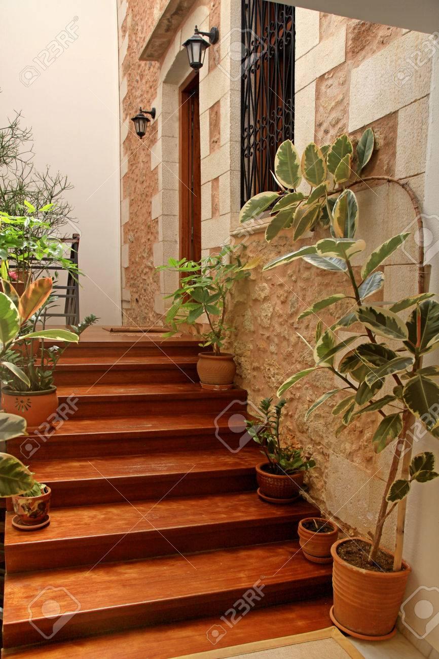 Escalier Dans Maison Ancienne entrée maison ancienne avec escalier en bois et pots de fleurs, grèce