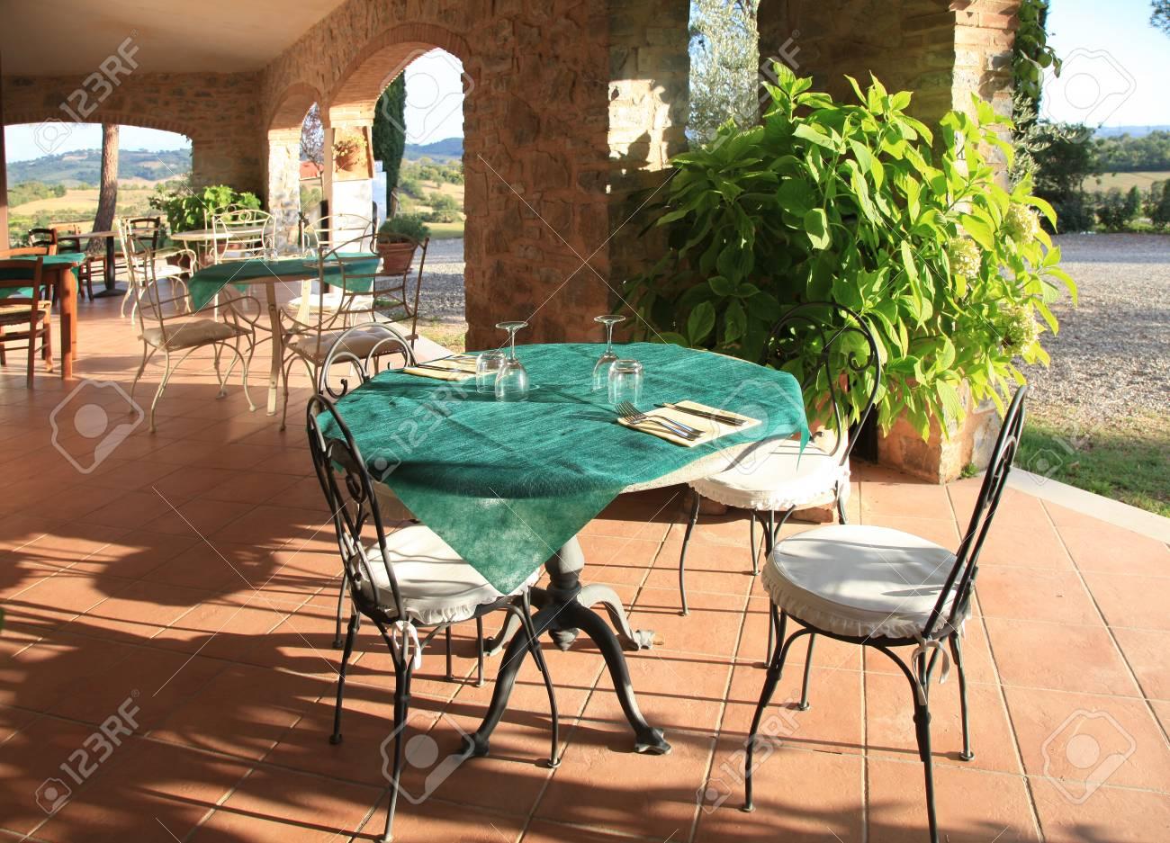 Bella Vista Con Tavoli E Sedie In Un Caffè All Aperto Terrazza Nel Villaggio Italiano Toscana Italia