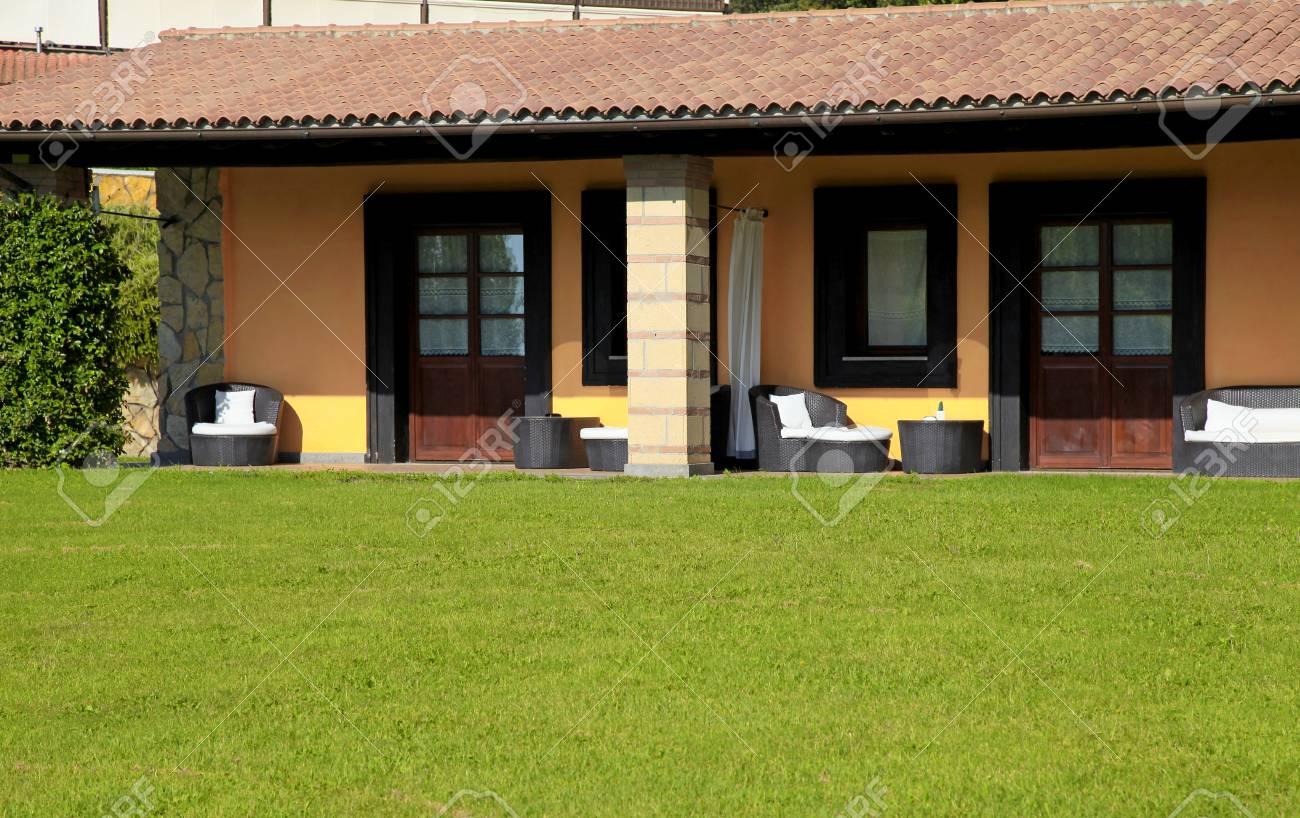 Piccola villa con terrazza ed erba verde nella località estiva del