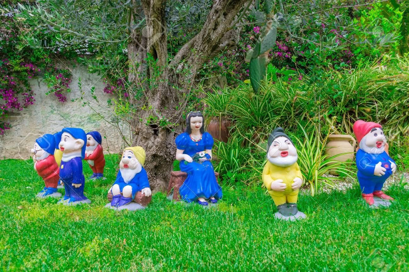 Baštenski patuljci  78463560-the-snow-white-statues-and-the-seven-dwarfs-in-a-garden