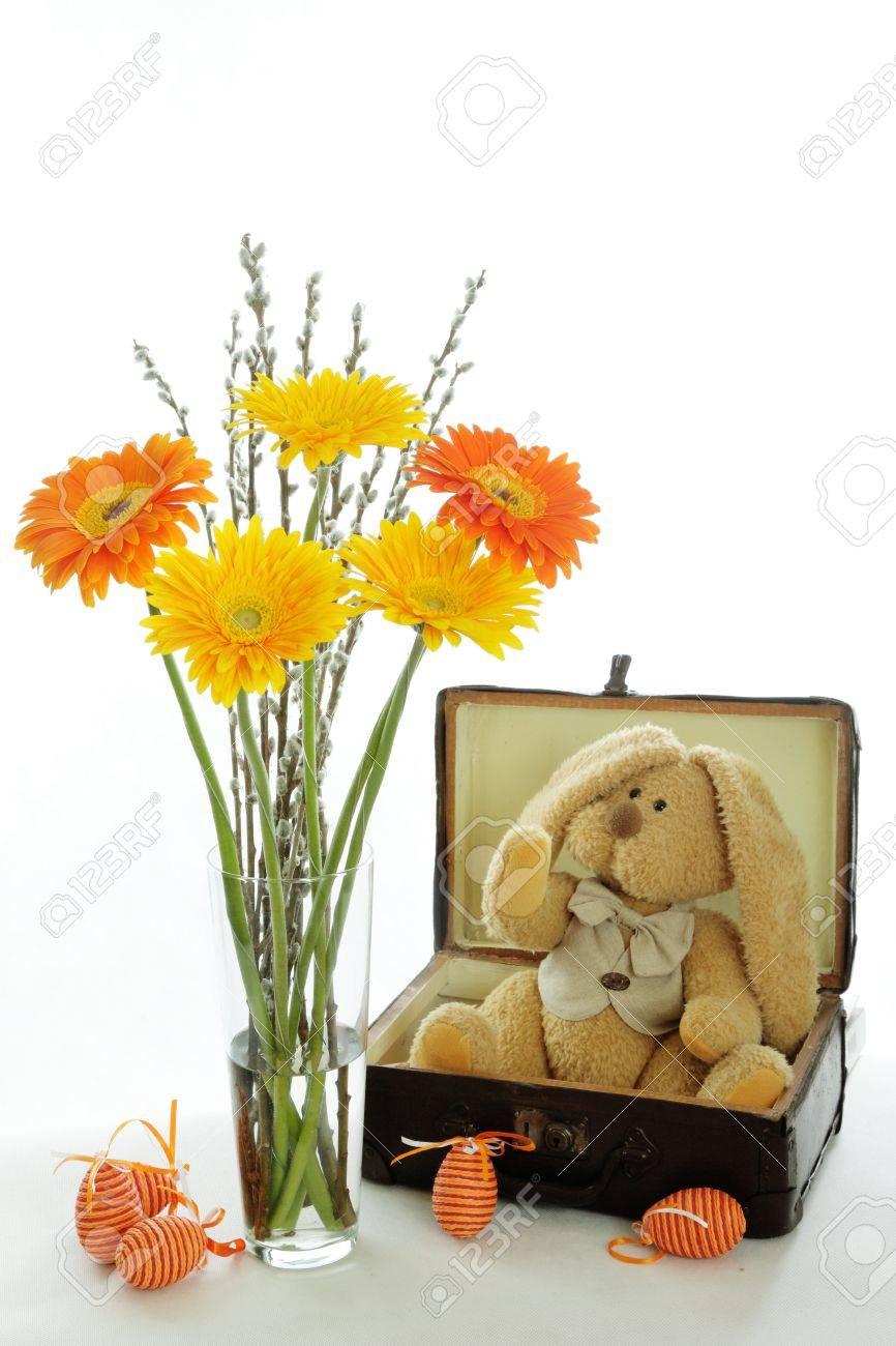 Fiori Gialli E Arancioni.Immagini Stock Un Coniglietto Di Pasqua E Seduto In Una Vecchia