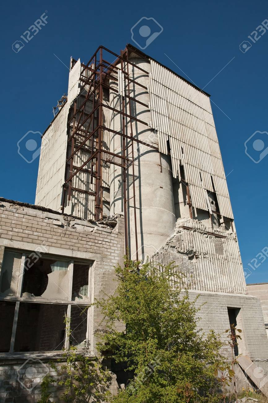 Broken industrial building against clear blue sky Stock Photo - 4882759