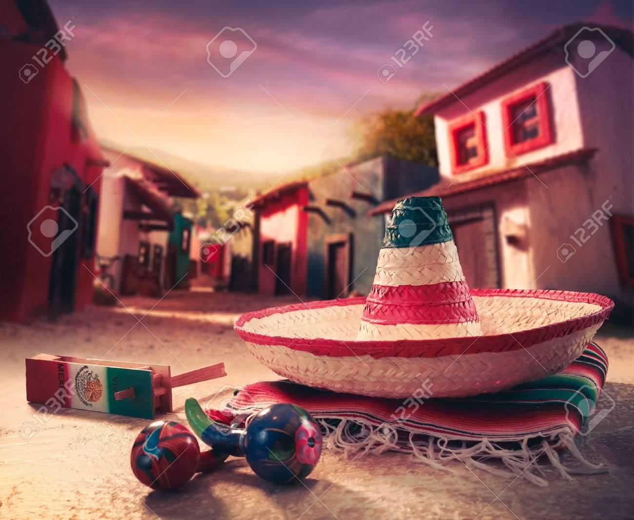 """Fondo fiesta mexicana con un """"sombrero"""" sombrero y """"maracas"""" en un pueblo mexicano Foto de archivo - 44368931"""