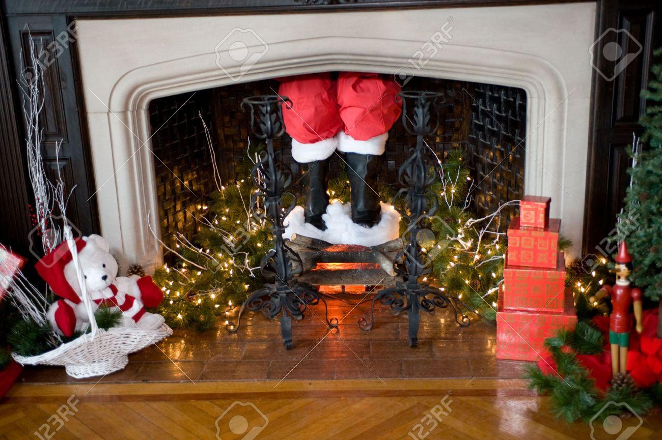 los pantalones y las botas de santa claus bajando por la chimenea con adornos navideos en