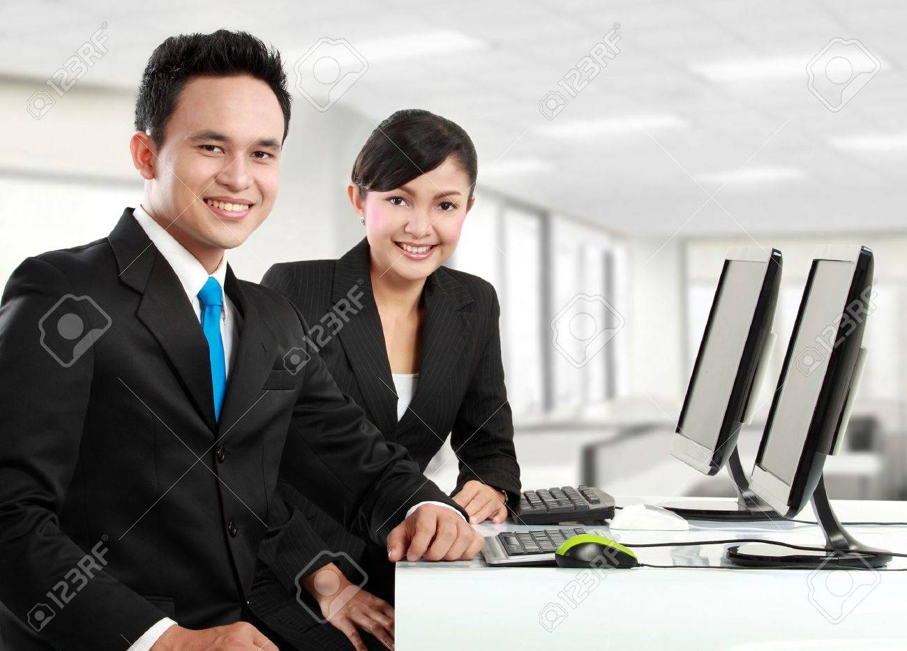 Gluckliche Frau Und Mann Buroangestellten Im Buro Arbeiten