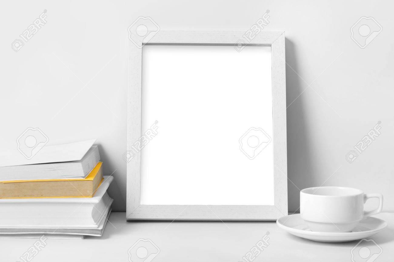 Scrivania Vintage Bianca : Portait di scrivania bianca con cornice vuota foto libri e tazza