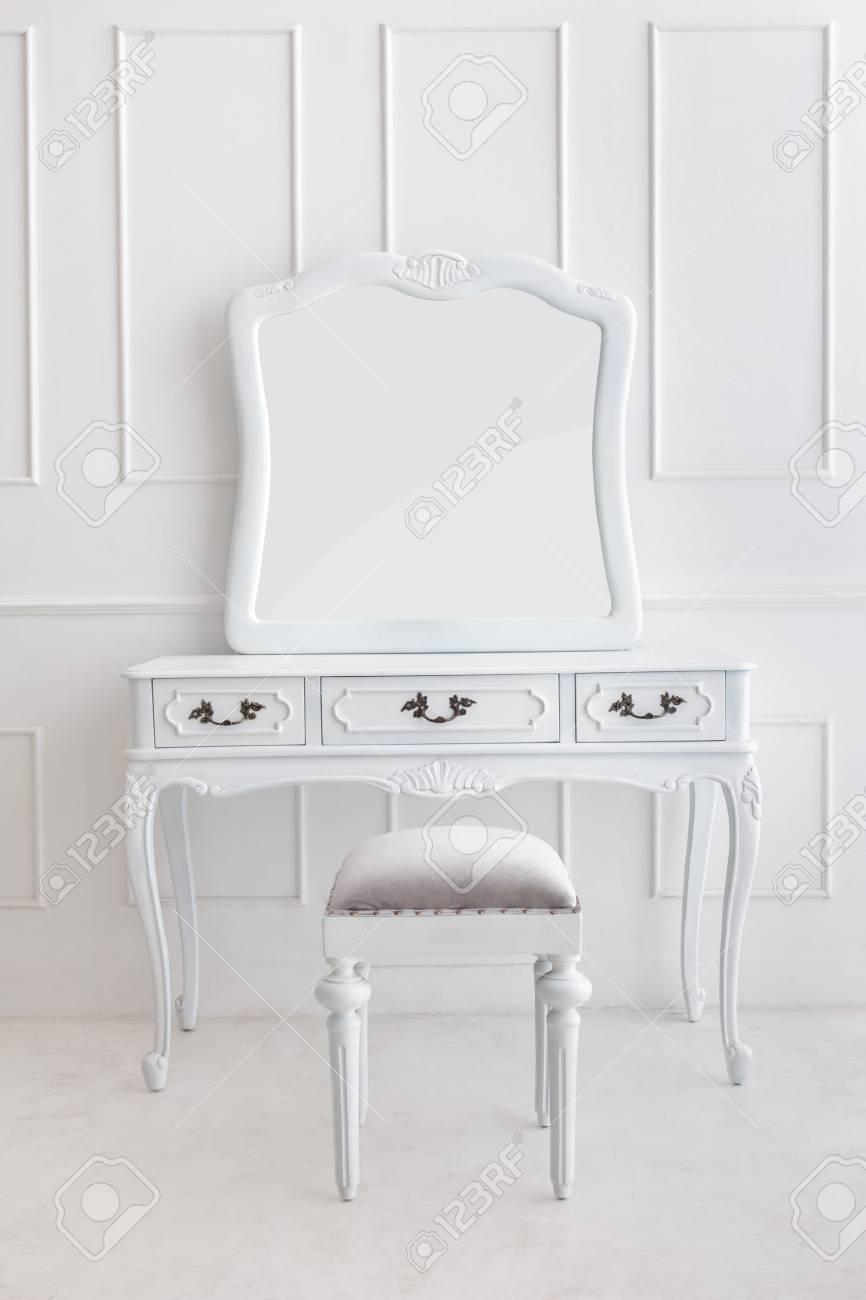 Portrait Von Vintage-Schminktisch Mit Stuhl Und Spiegel Auf Weiß ...