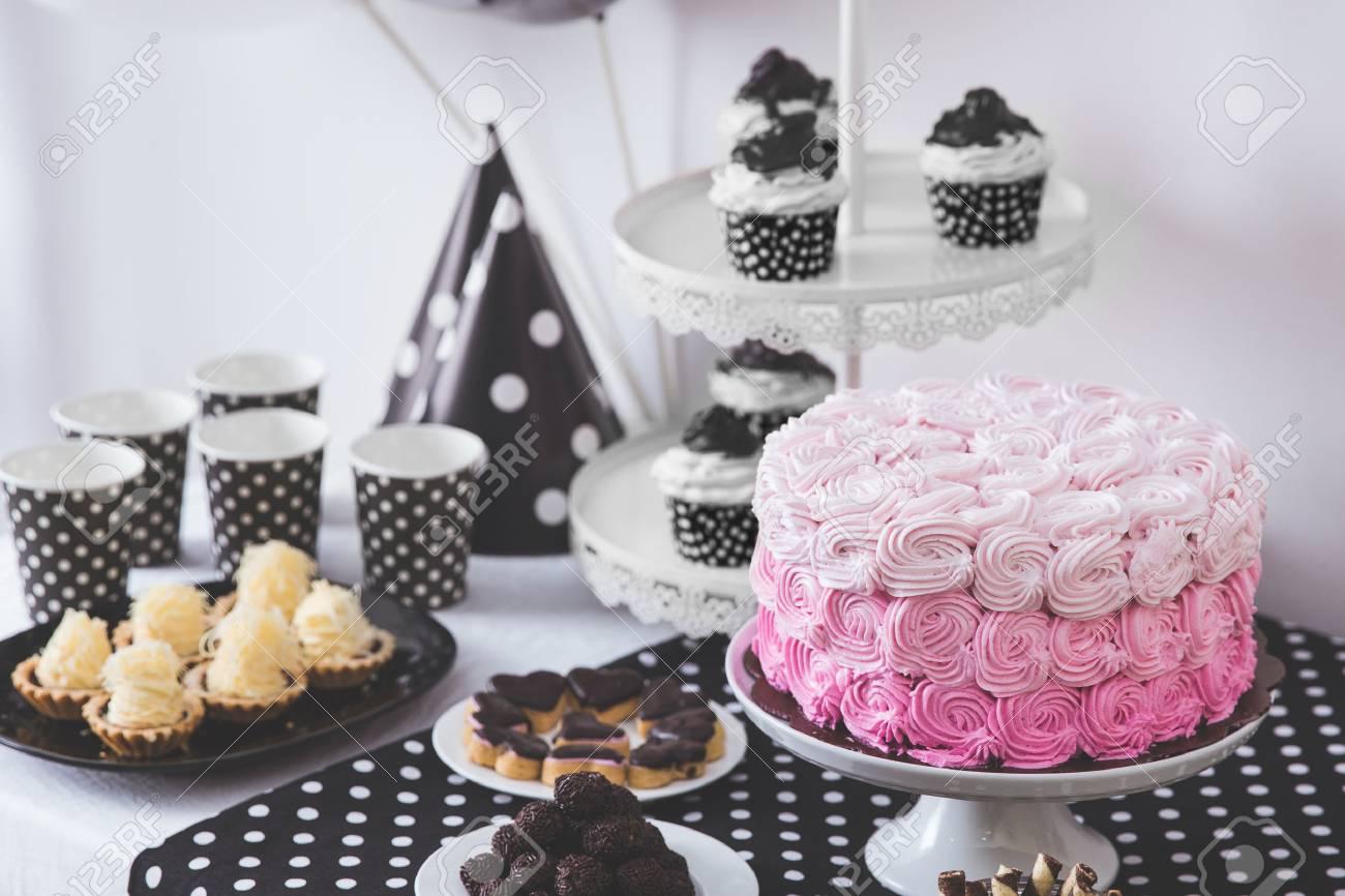 Porträt Schwarzweiß-Geburtstags-Party-Dekoration Mit Voller Kuchen ...