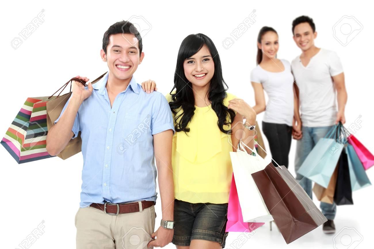 Retrato de hombre y mujer con bolsa de compras sonriendo a la cámara