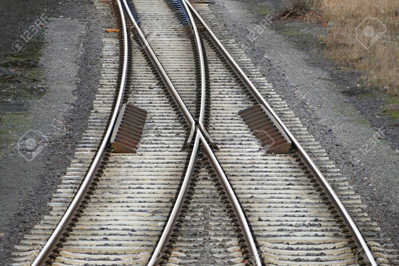 Eisenbahnschienen Mit Bahn-Schalter, Zwei Wege Zusammen Führen ...