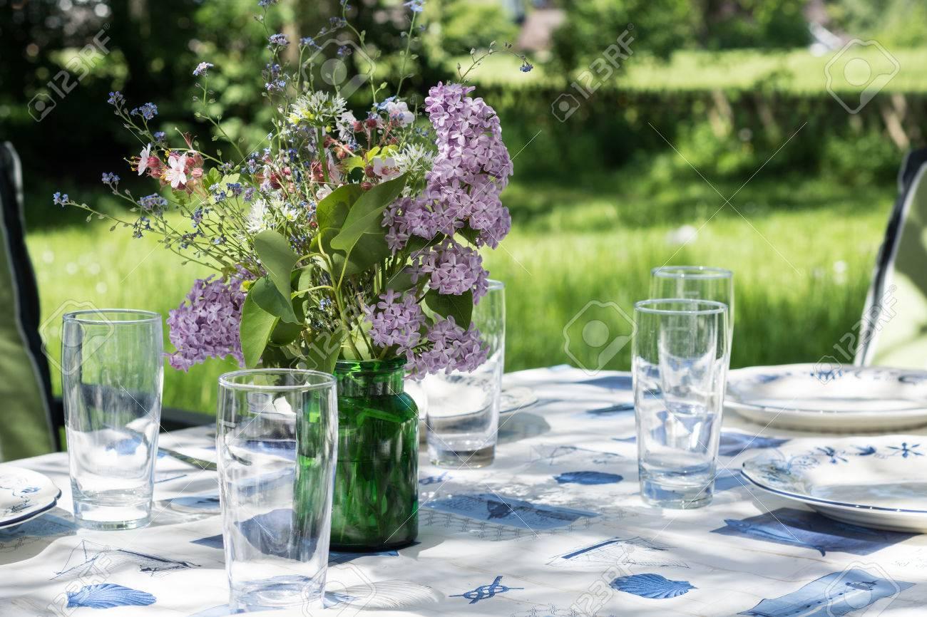 Landlichen Dekoriert Gartentisch Mit Geschirr Glaser Und Blumen